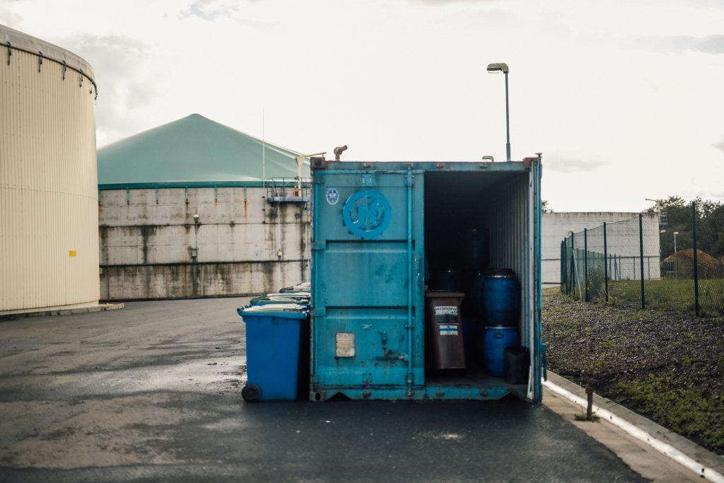 Modrý kontejner se zemědělským odpadem