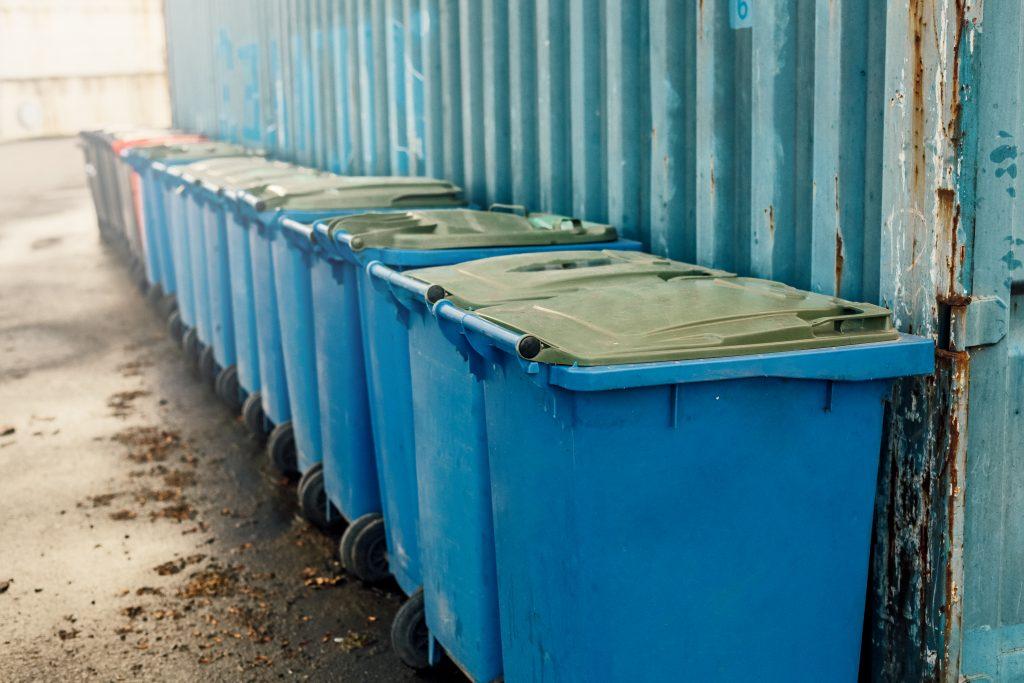 Modré plastové kontejnery na odpad