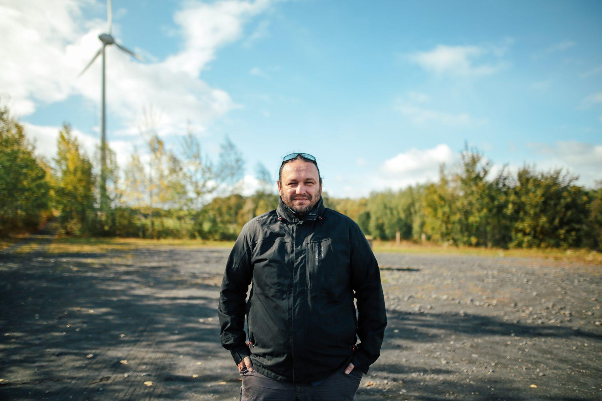 Luboš Salaba před větrnou elektrárnou v Jindřichovicích