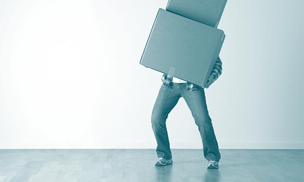 Muž, který stěhuje krabice