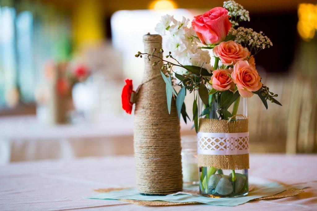 Omotejte lahve provázkem a máte krásnou vázu