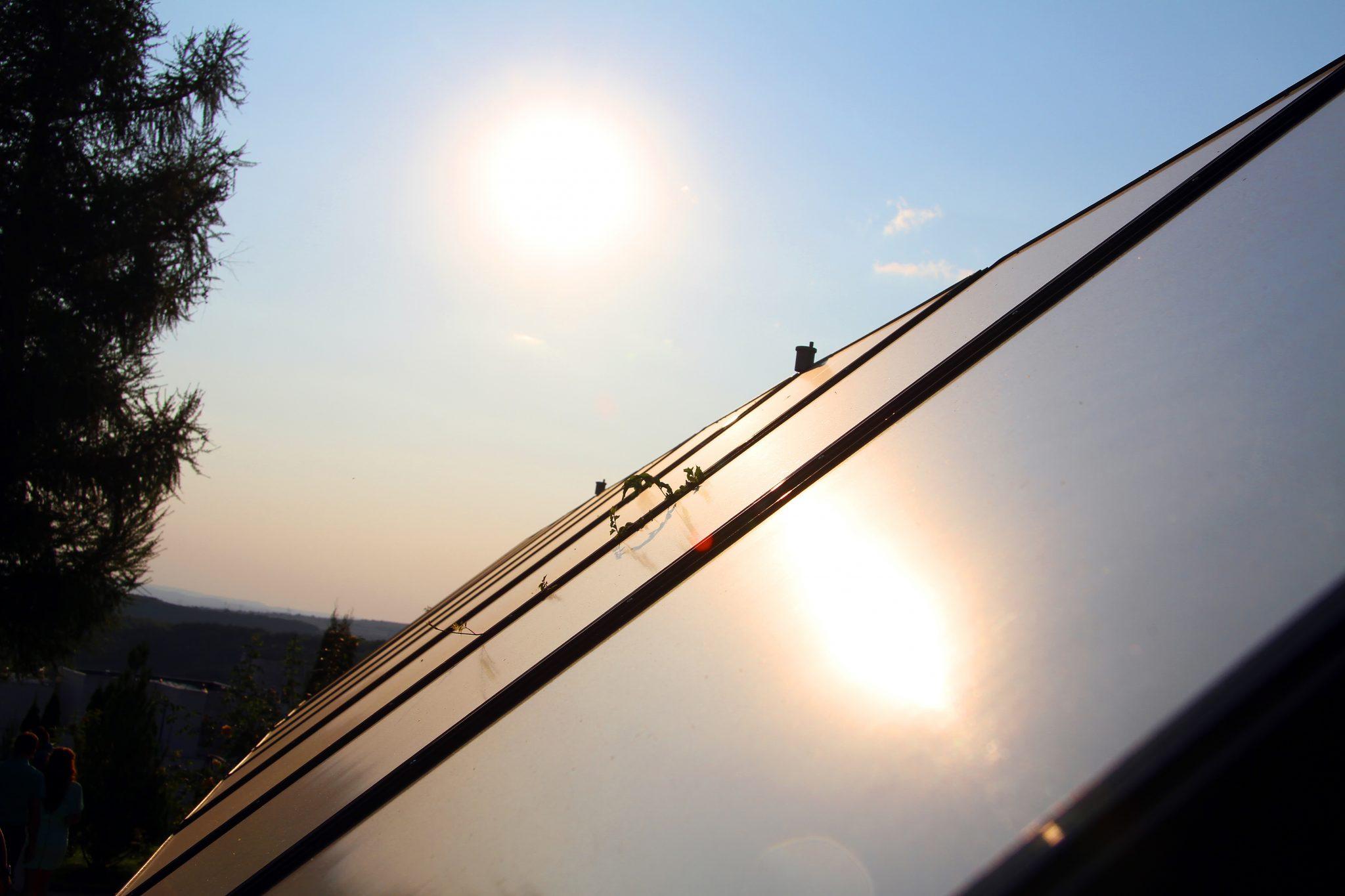Solární panel na střeše domu