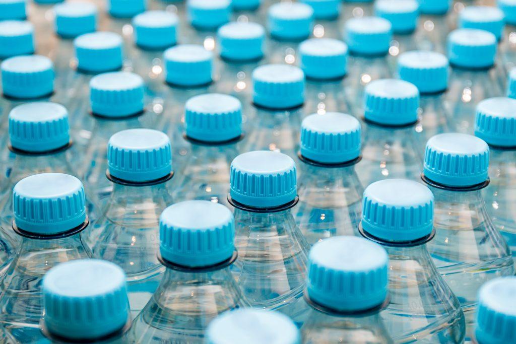 Víčka od PET lahví nemá smysl sbírat