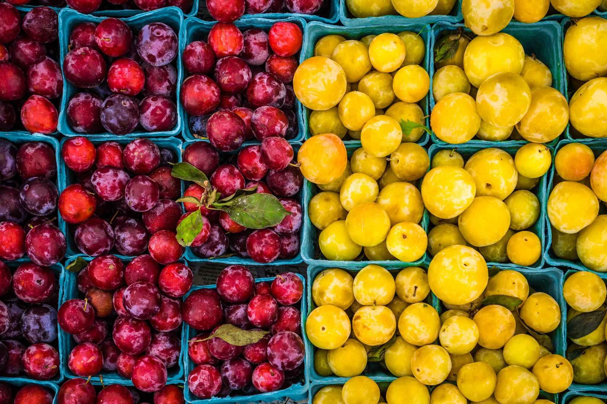 Ovoce vyskládané v krabicích na farmářských trzích