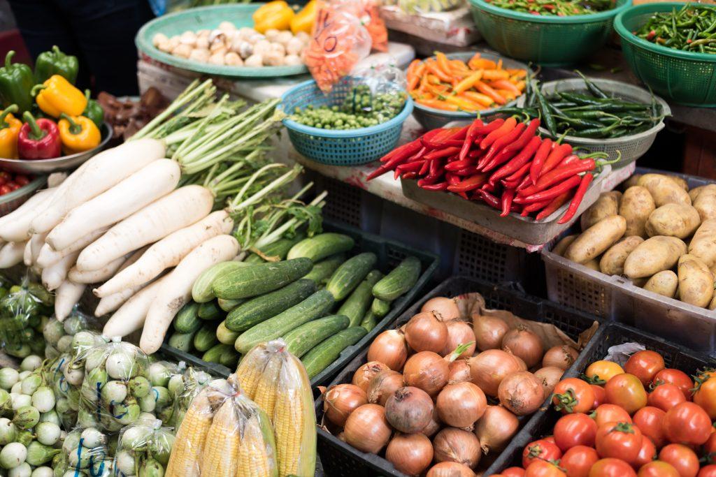Vyskládaná zelenina na farmářském trhu
