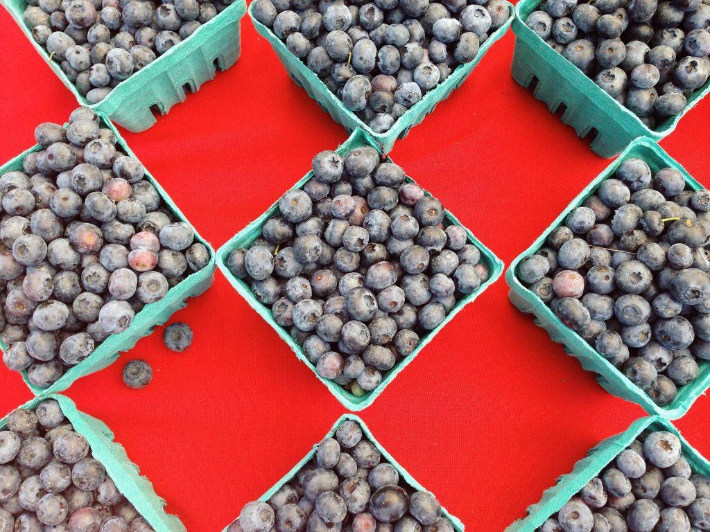 Borůvky v krabicích na farmářském trhu