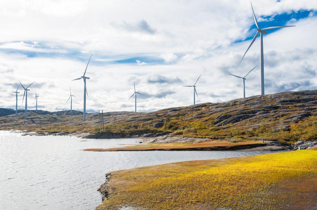 Obnovitelné zdroje pomáhají snižovat závislost na nestabilních režimech