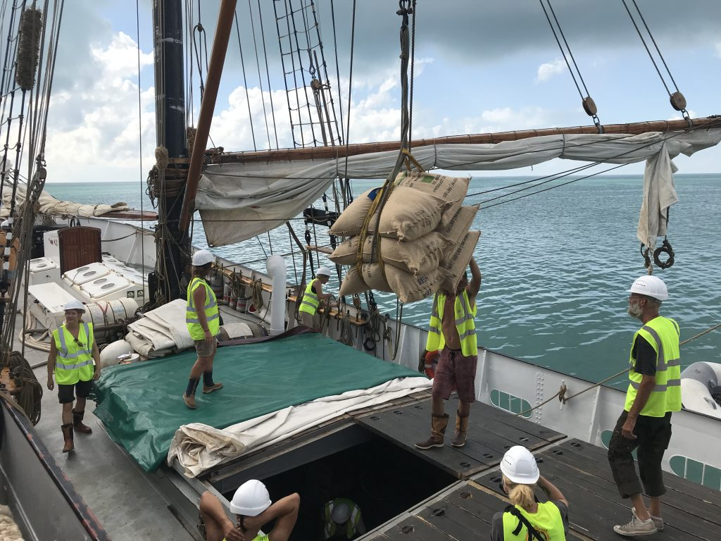 Plachetnice projektu MissionZero, na níž se přepravovaly kakaové boby do čokolád HERUFEK