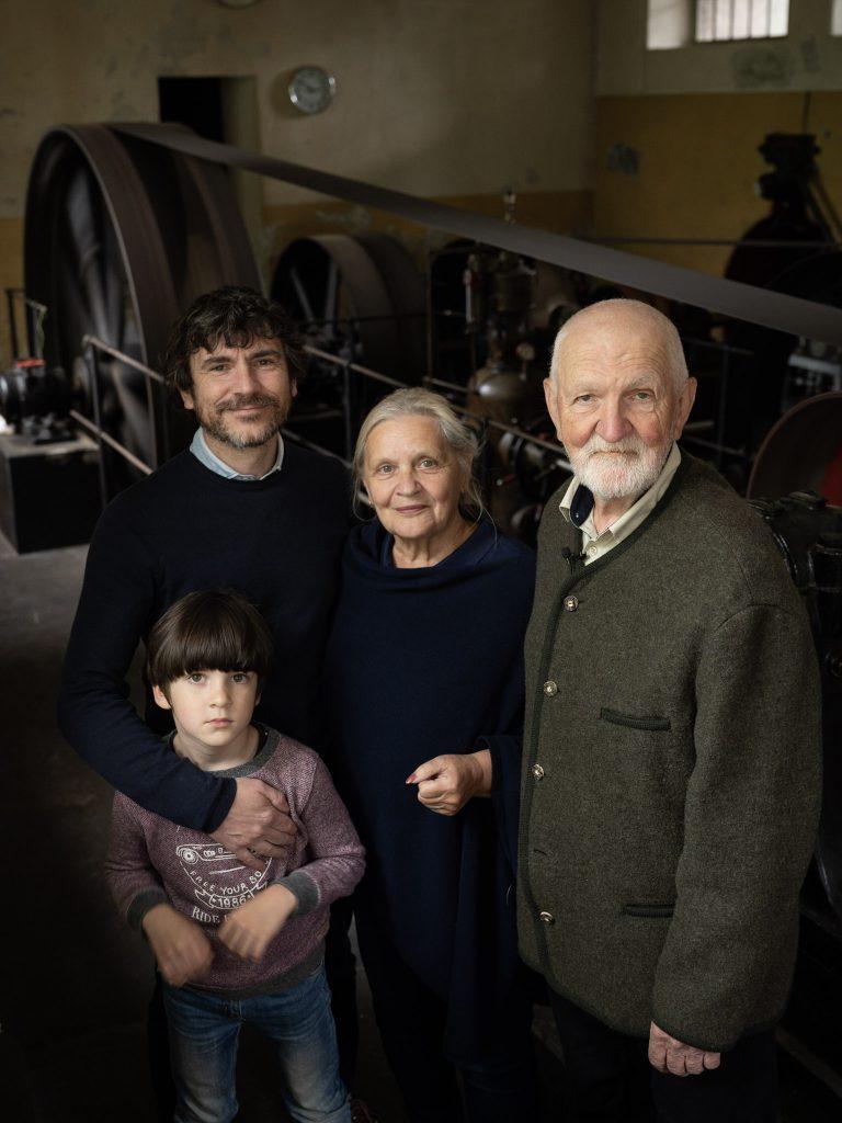 Rodina Vrbatových ve vodní elektrárně Platěnice