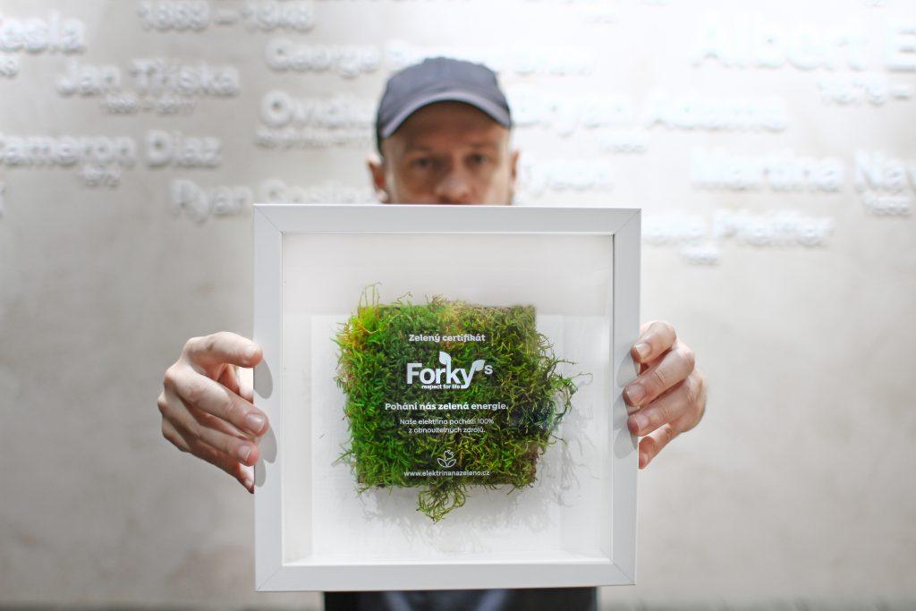 Jan Klimovič drží certifikát potvrzující 100% odběr Elektřiny Nazeleno